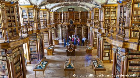 Abbey library of Saint Gall in St. Gallen, Switzerland (picture-alliance/Stuart Dee/robertharding)
