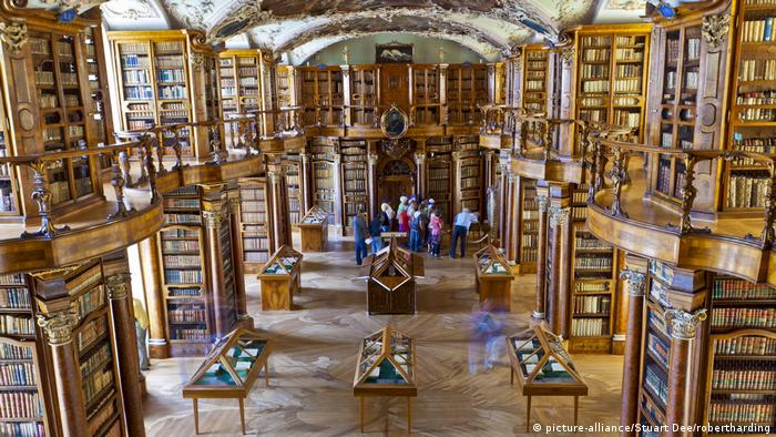 Stiftsbibliothek in St. Gallen (picture-alliance/Stuart Dee/robertharding)