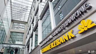 Leute kommen aus dem Hauptausgang der Zentrale der Commerzbank in Frankfurt am Main am Montag, 18. Oktober 2004. Die Commerzbank will offenbar in ihrer Investment-Sparte einige hundert Arbeitsplaetze streichen, berichtet die Financial Times am Montag. (AP Photo/Wolfram Steinberg) ---People leave the headquarters of German Commerzbank in Frankfurt, Germany, Monday Oct. 18, 2004. Commerzbank Securities, the investment banking unit of Germany's third biggest listed bank, is preparing to cut its staff by a quarter, mainly at operations in New York and Tokyo, the Financial Times reports Monday. (AP Photo/Wolfram Steinberg)