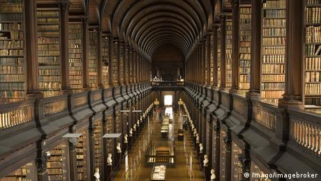 The Long Room in the Trinity College Library in Dublin (Imago/imagebroker)