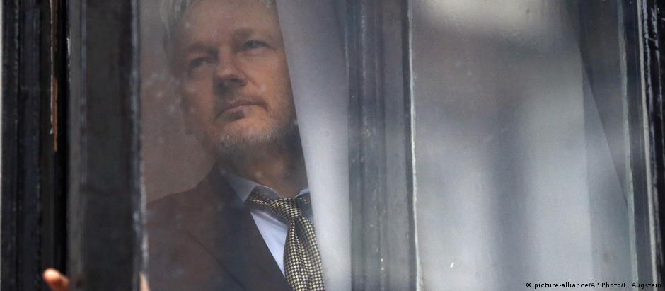 Julian Assange está asilado na embaixada equatoriana em Londres desde 2012