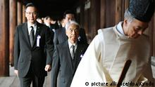 ©Kyodo/MAXPPP - 18/10/2016 ; Liberal Democratic Party lawmakers Hidehisa Otsuji (C) and Keiji Furuya (L) lead a group of some 80 Japanese lawmakers from various parties as they visit the war-linked Yasukuni Shrine in Tokyo on Oct. 18, 2016 during its autumn festival. (Kyodo) ==Kyodo  