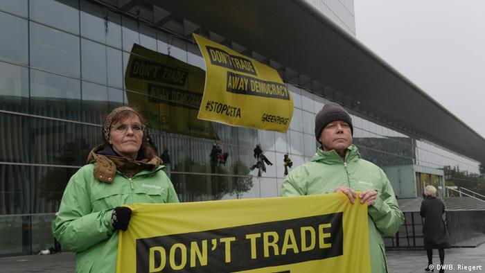 CETA Handelsrat Luxemburg Demo von Greenpeace (DW/B. Riegert)