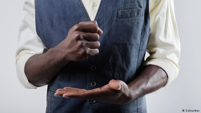 Handzeichen mit der Faust in die Handfläche schlagen (Colourbox)