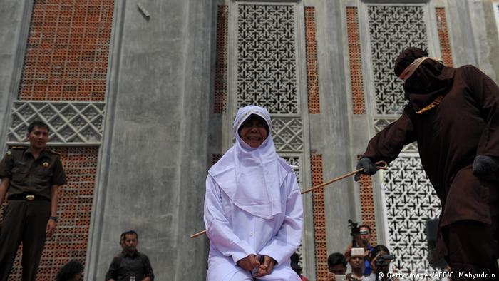 Jovem é punida na Indonésia por relacionamento fora do casamento