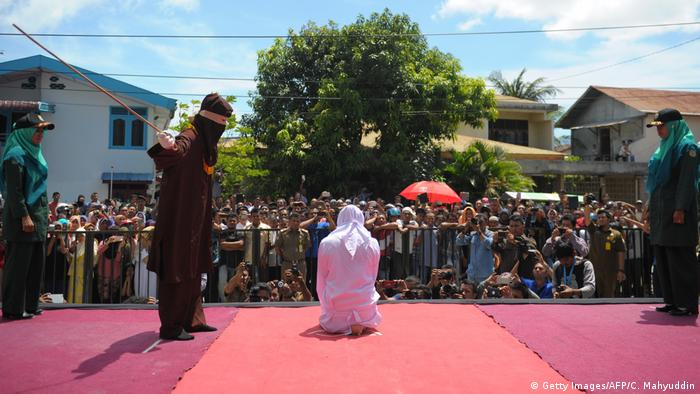 Indonesien | Scharia Polizei Bestrafung in Aceh (Getty Images/AFP/C. Mahyuddin)