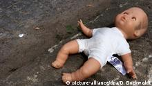 30.04.2014 Ein Kind hat seine Puppe verloren, nun liegt das Spielzeug am 30.04.2014 in Berlin am Rande einer Strasse auf dem Boden. Foto:Daniel Bockwoldt | Verwendung weltweit