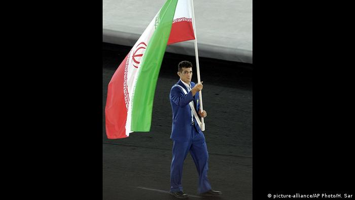 Griechenland Athen Iran's Arash Miresmaeli trägt Flagge OLYMPICS IRAN ISRAEL JUDO WITHDRAWAL (picture-alliance/AP Photo/H. Sar)