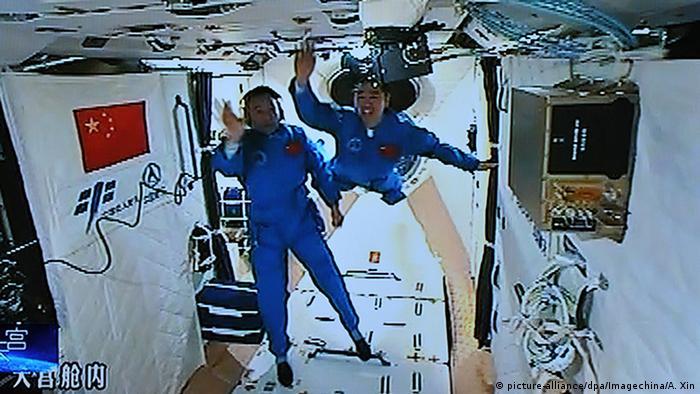 Astronautas chinos a bordo de la nave Shenzhou XI