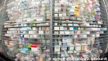 ARCHIV 2015 +++ - Medikamente liegen in den Regalen eines Kommissionierautomaten, aufgenommen am 29.04.2015 in einer Apotheke in Hamburg. Foto: Daniel Reinhardt/dpa (zu dpa «Nötig oder Gängelung? EuGH verhandelt Medikamenten-Preisbindung» vom 19.10.2016) +++(c) dpa - Bildfunk+++