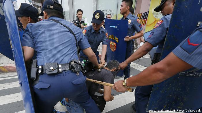 Philippinen extreme Ausschreitungen während einer Anti-US- Demonstration (picture-alliance/AP Photo/Cdharapak)