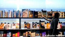 ****Bilder nur im Rahmen der Berichterstattung der Frankfurter Buchmesse verwenden***(Pressefotos) Frankfurt am Main, Hessen, Hesse, Deutschland, Germany. 18.10.2016 Menschen laufen umher im Eherengast Pavillon der gastlaender Flandern und Niederlande Flandern und Niederlande sind die Ehrengaeste der Frankfurter Buchmesse 2016. Flanders and Netherlands are the Guest of Honour 2016 at the Frankfurt Book Fair