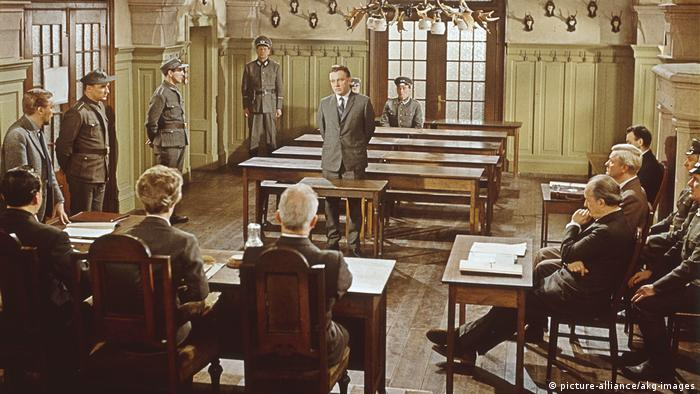 A still shot from the John Le Carre movie The Spy Who Came in from the Cold starring Richard Burton, who is seen standing at center (picture-alliance/akg-images)