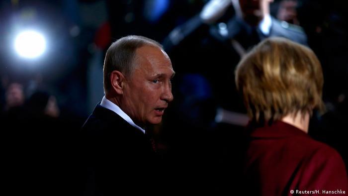 المستشارة الألمانية أنغيلا ميركل اثناء استقبالها للرئيس الروسي فلاديمير بوتين في برلين على هامش مؤتمر ليبيا في يناير 2020