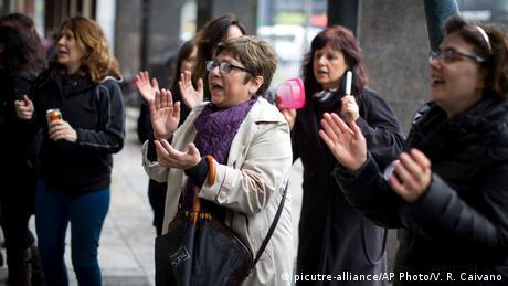 Miles de personas en Argentina pararon su trabajo en protesta contra los feminicidios, antes de masivas marchas en todo el país, tras brutal asesinato de una joven. 226 mujeres han sido asesinadas en Argentina en 2016. (19.10.2016)