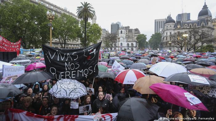 Argentinien | Massenproteste gegen Gewalt gegen Frauen (picture-alliance/dpa/D. Fernandez)