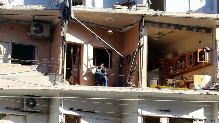 Syrien Aleppo Mann sitzt in zerstörter Wohnung