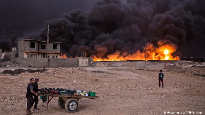 Irak Region Mossul Brennendes Öl (Getty Images/AFP/Y. Akgul)