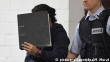 Der Angeklagte wird am 20.10.2016 in Stuttgart (Baden-Württemberg) im Oberlandesgericht in den Saal geführt. Gut drei Jahre nach der Entführung eines UN-Mitarbeiters nahe Damaskus muss sich der 25 Jahre alter Syrer vor dem Oberlandesgericht Stuttgart verantworten. Kriegsverbrechen und Terrorhilfe werden dem Mann vorgeworfen, der 2014 in Deutschland festgenommen wurde. Foto: Marijan Murat/dpa (zu dpa Prozess um Entführung von UN-Mitarbeiter - Junger Syrer vor Gericht vom 20.10.2016) +++(c) dpa - Bildfunk+++ |