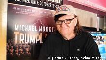 19.10.2016 *** Filmemacher Michael Moore steht am 19.10.2016 nach der Vorstellung seines Dokumentarfilms Michael Moore in Trumpland im Kino CFI Center in New York. Foto: Johannes Schmitt-Tegge/dpa (zu dpa Hillary, eine Liebeserklärung:Michael Moores neuer Film «Trumpland vom 20.10.2016) +++(c) dpa - Bildfunk+++   Verwendung weltweit