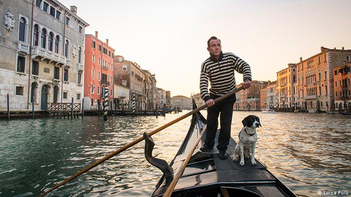 Собака со своим хозяином в гондоле
