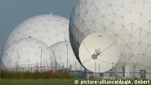 ARCHIV- Radarkuppeln (Radome) stehen am 06.08.2013 auf dem Gelände der Bad Aibling Station bei Bad Aibling (Bayern - Landkreis Rosenheim) hinter einem Zaun. Foto: Andreas Gebert/dpa (zu dpa: BND-Spionage unter Freunden: Dutzende Regierungsstellen im Visier vom 30.03.2016) +++(c) dpa - Bildfunk+++   Verwendung weltweit