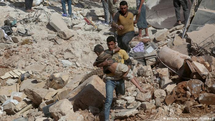 Syrien Aleppo Bergung Verletzte nach Luftangriff Kinder (picture alliance/AA/A. Al Ahmed)