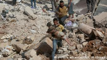 Syrien Aleppo Bergung Verletzte nach Luftangriff Kinder (picture alliance/AA/A. Al Ahmed)