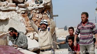 Syrien Aleppo Bergung Verletzte Helfer