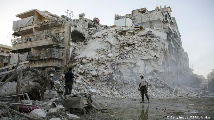 Syrien Aleppo Bergung Verletzte Ruine