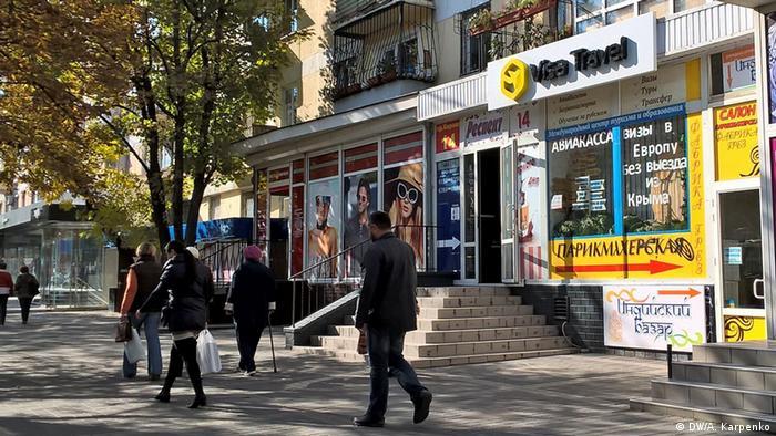 Ein Reisebüro und ein Friseursalon auf der Krim.