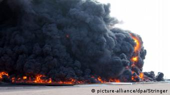 Black smoke rising over fuel depot in al_Sidra (picture-alliance/dpa/Stringer)