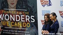 Die Schauspierinnen Lynda Carter (links) und Gal Gadot posieren für Wonder Woman in New York