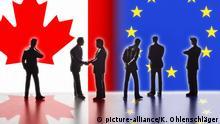 Modellfiguren, die Politiker symbolisieren, stehen vor den Flaggen von Kanada und der EU. Zwei von Ihnen reichen sich die Hände. Digital Composite (DC)   Verwendung weltweit