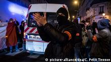 Police officers protested in the streets of Paris during unauthorized night demonstrations (picture-alliance/dpa/C. Petit Tesson)