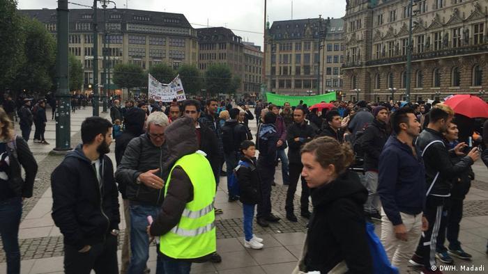 Deutschland Proteste gegen die Abschiebung von Flüchtlingen in Hamburg (DW/H. Madadi)