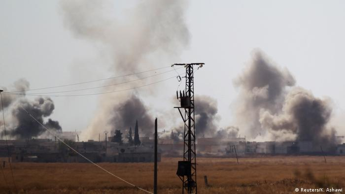 Syrien Tall Rifaat Smoke rises after strikes on Syria Democratic Forces (SDF) controlled Tell Rifaat town, northern Aleppo province (Reuters/K. Ashawi)