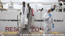 Italien Ankunft von 650 Flüchtlingen in Neapel