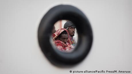 Italien Ankunft von 650 Flüchtlingen in Neapel (picture-alliance/Pacific Press/M. Amoruso)