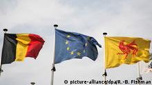 Die Fahnen Belgiens, der Europäischen Union und der Wallonie, aufgenommen am 14.07.2007 in Wellin in Belgien.. Foto: Foto: Robert B. Fishman +++(c) dpa - Report+++ | Verwendung weltweit