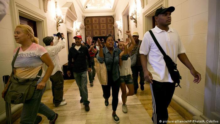 Algunos de los simpatizantes del gobierno lograron ingresar a la cámara y ocupar tribunas destinadas al público.