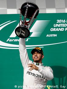 USA Austin Formel 1 Sieger Hamilton mit Pokal (picture-alliance/AP Photo/E. Gay)