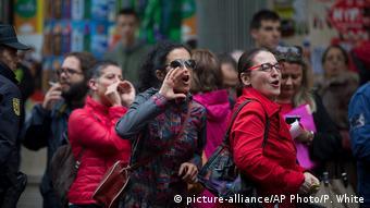 Οπαδοί των Σοσιαλιστών διαμαρτύρονται για την απόφαση υπέρ της αποχής