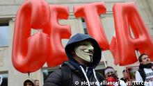 file - A man wearing a a 'Guy Fawkes' mask joins a demonstration against the CETA and TTIP trade agreements, in Warsaw, Poland, 15 October 2016. EPA/JACEK TURCZYK POLAND OUT (zu dpa Ceta am Abgrund? Belgische Region lähmt EU-Handelspolitik vom 22.10.2016) +++(c) picture-alliance/dpa/J. Turczyk