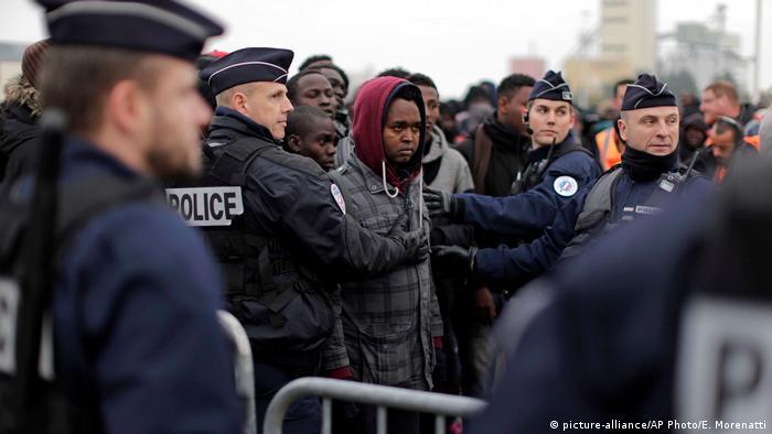 Frankreich Räumung Dschungel von Calais (picture-alliance/AP Photo/E. Morenatti)