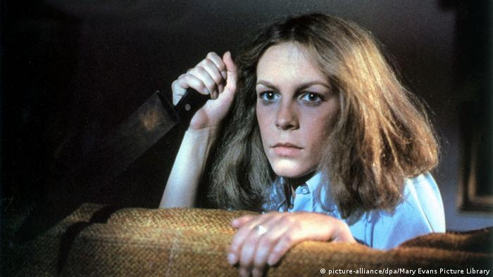 Jamie Lee Curtis com uma faca no filme Halloween (1978)