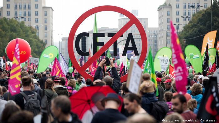 Berlin Protest gegen Handelsabkommen Ceta Symbolbild (picture-alliance/dpa/J. Carstensen)