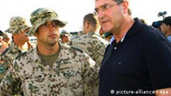 Verteidigungsminister Jung bei einem Besuch der deutschen Soldaten in Kundus (Foto: dpa)