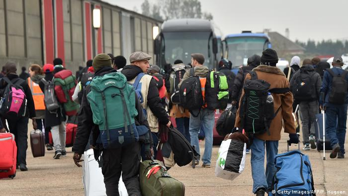 migrants head towards buses