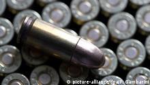 ARCHIV- 9 mm-Munition liegt am 26.08.2016 in Düsseldorf (Nordrhein-Westfalen) auf einem Tisch. Foto: Federico Gambarini/dpa (zu dpa «Rüstungsexporte: Ausfuhr von Kleinwaffen-Munition nehmen stark zu» vom 25.10.2016) +++(c) dpa - Bildfunk+++